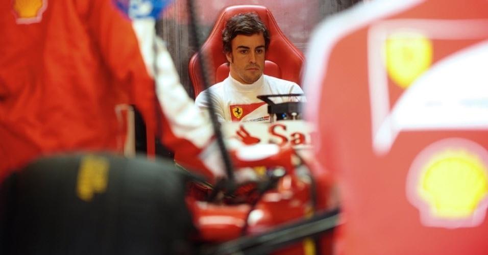 Fernando Alonso ficou mais tempo nos boxes no primeiro treino livre em Abu Dhabi. Espanhol registrou apenas a 12ª melhor marca