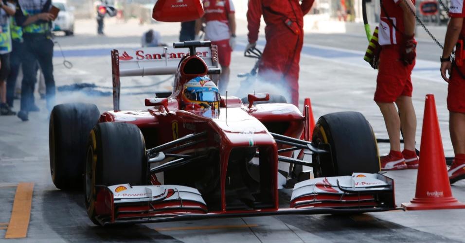 02.11.2013 - Ferrari de Fernando Alonso solta fumaça no pit stop do GP de Abu Dhabi