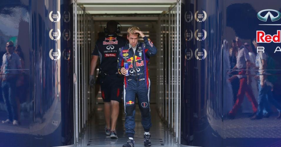 02.11.2013 - Sebastian Vettel sai dos boxes da Red Bull antes do treino para o GP de Abu Dhabi