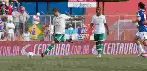 02.nov.2013 - Eguren, do Palmeiras, faz lançamento na partida contra o Paraná pela Série B - Hedeson Alves/VIPCOMM