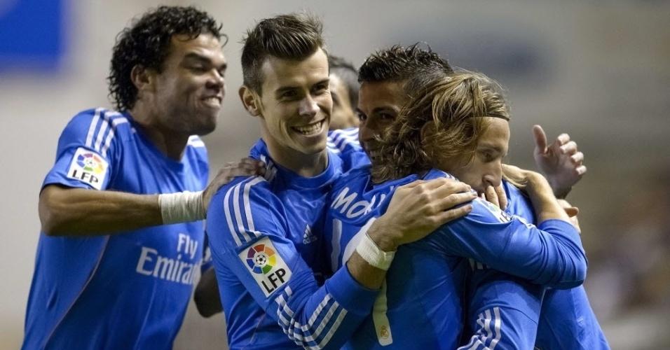 02.nov.2013 - Jogadores do Real Madrid abraçam Cristiano Ronaldo após o português abrir o placar contra o Rayo Vallecano
