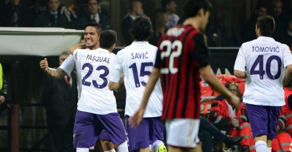 02.nov.2013 - Kaká fica cabisbaixo enquanto jogadores da Fiorentina comemoram gol de Vargas em cobrança de falta