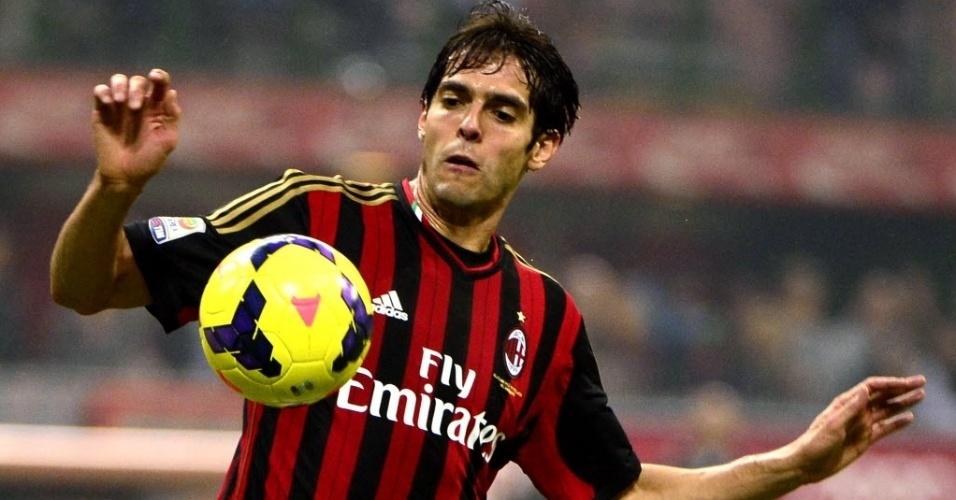 02.nov.2013 - Kaká, meia do Milan, domina a bola durante a derrota da equipe para a Fiorentina pelo Campeonato Italiano