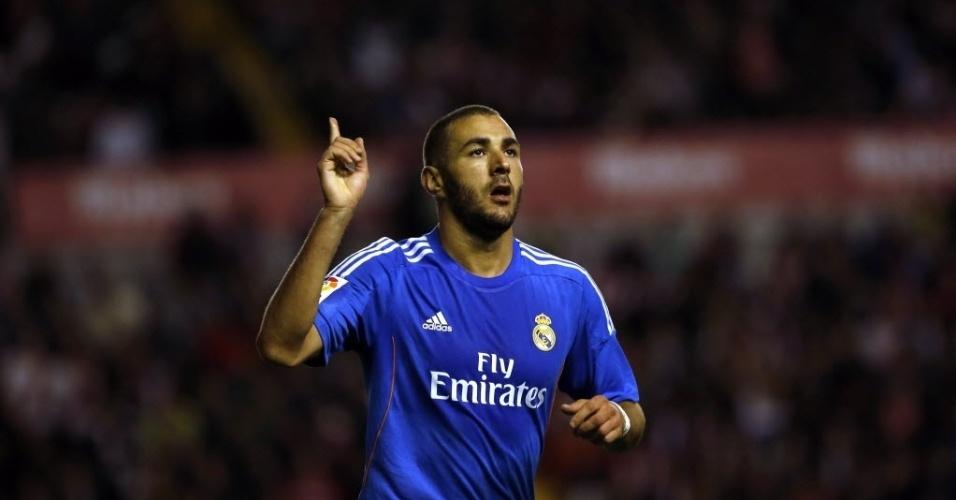 02.nov.2013 - Karim Benzema comemora após marcar o segundo gol do Real Madrid contra o Rayo Vallecano