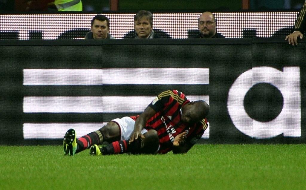 02.nov.2013 - Mario Balotelli, do Milan, fica caído no gramado após sofrer falta na partida contra a Fiorentina