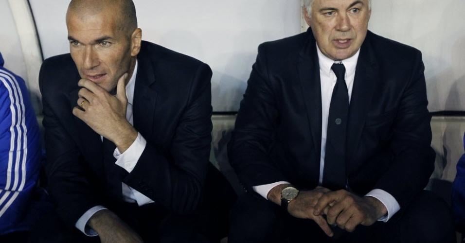 02.nov.2013 - Zidane assiste à vitória do Real Madrid ao lado de Carlo Ancelotti, técnico da equipe espanhola, sobre o Rayo Vallecano
