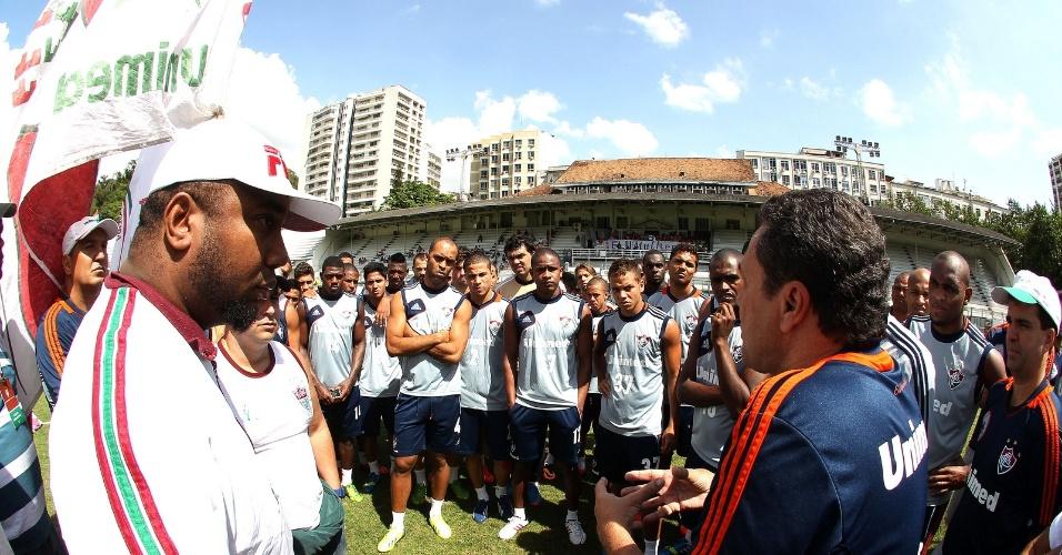 2.nov.2013 - Técnico Vanderlei Luxemburgo (dir.) conversa com membros de organizadas do Fluminense no gramado das Laranjeiras