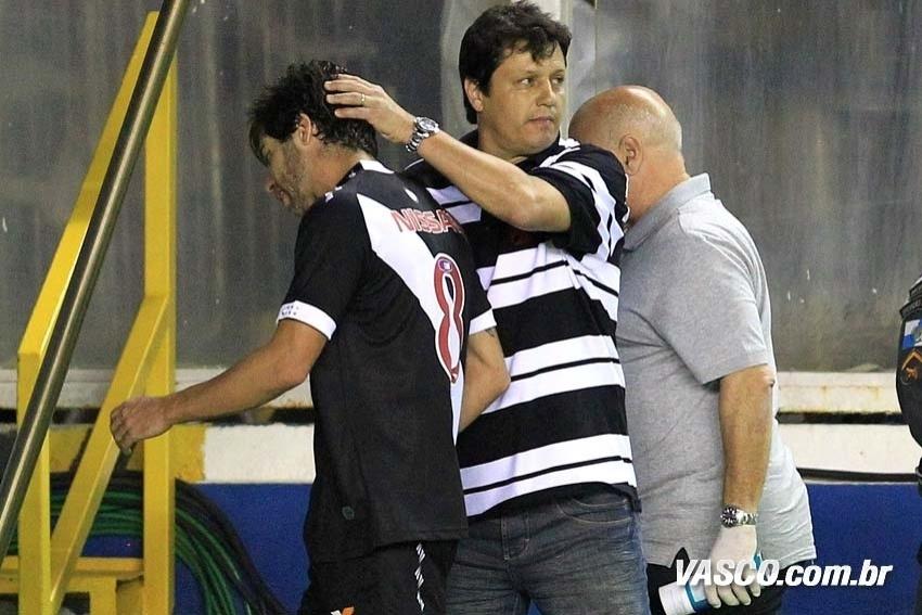 Adilson Batista cumprimenta Juninho Pernambucano após meia do sair lesionado de campo