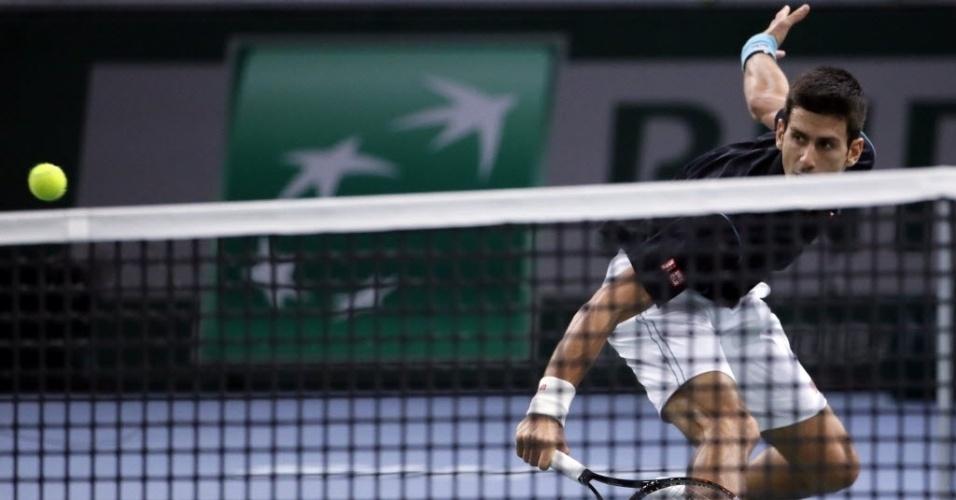 Djokovic vai até o chão para rebater na partida contra Federer, pela semifinal do Masters 1000 de Paris; o sérvio venceu de virada