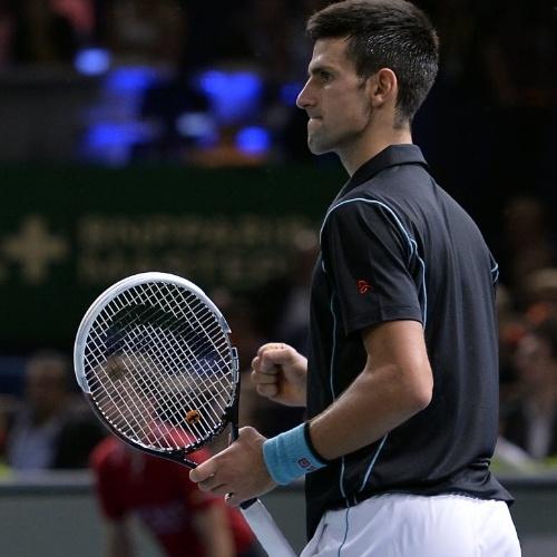 Novak Djokovic comemora ponto conquistado contra Federer na semifinal do Masters 1000 de Paris; o sérvio venceu de virada