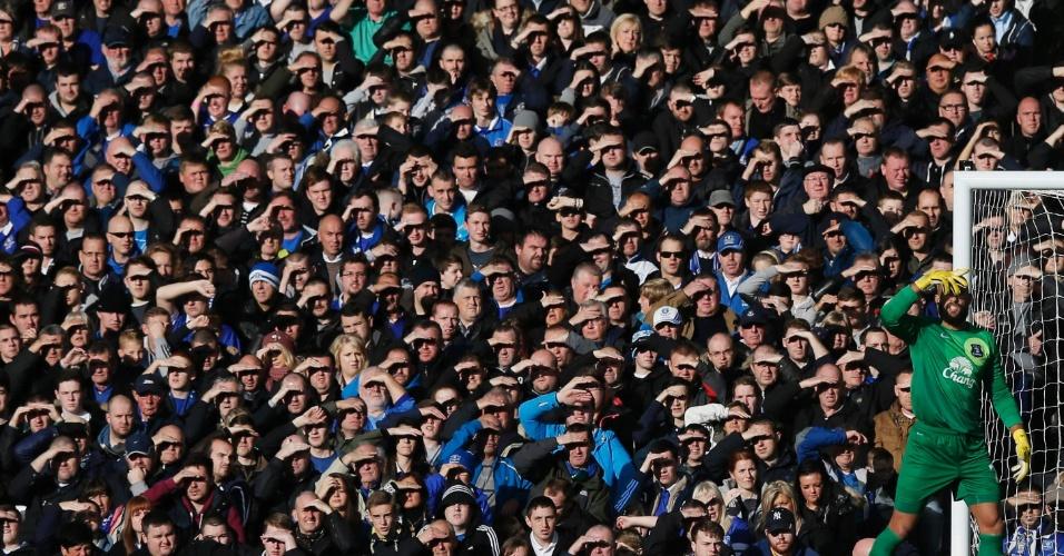 03.nov.2013 - O goleiro do Everton, Tim Howard, observa a partida com sua torcida ao fundo