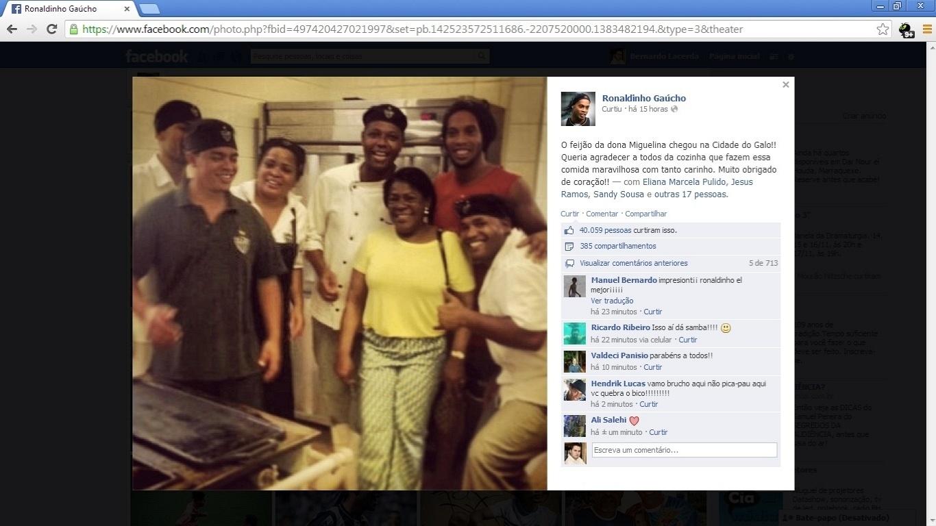 3 novembro 2013 - Ronaldinho Gaúcho posa com a mãe Miguelina e com funcionários da cozinha da Cidade do Galo, em Vespasiano