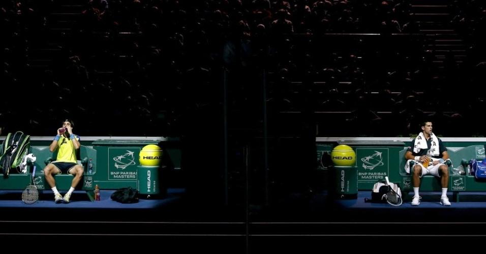 David Ferrer e Novak Djokovic aguardam o começo da final do Masters 1000 de Paris