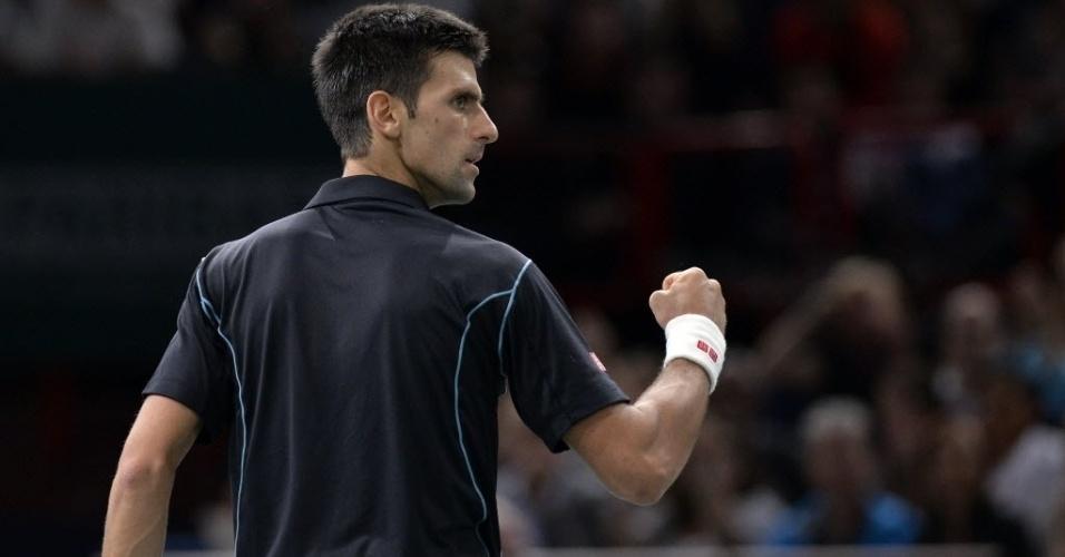 Djokovic comemora ponto marcado na dura partida contra David Ferrer, na final de Paris, em sua vitória por 7-5 e 7-5, ficando com o título pela segunda vez na capital francesa