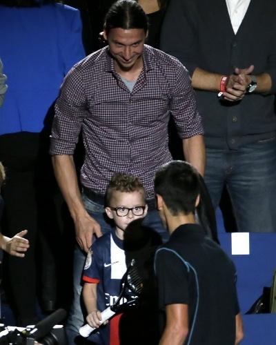 Djokovic presenteia o filho do boleiro Ibrahimovic com uma das raquetes com que jogou a final e faturou o título de Paris