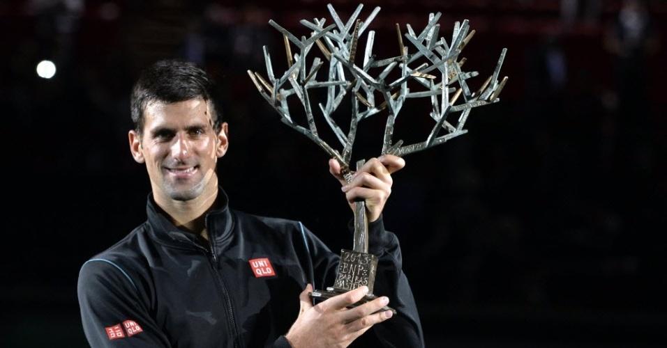 Djokovic recebe o troféu pelo segundo título conquistado no Masters 1000 de Paris - o primeiro foi em 2009