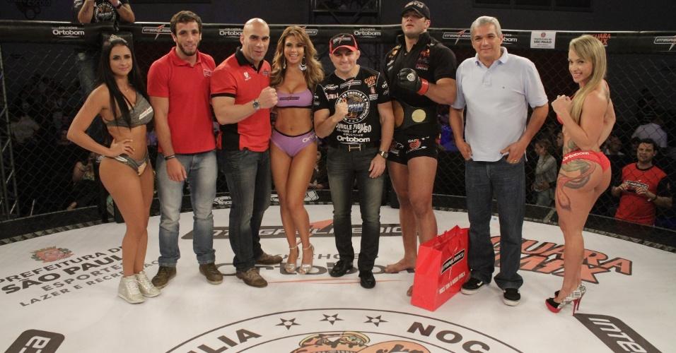 Gigante posa com ring girls e o chefão do Jungle Fight, Wallid Ismail, após conquistar o cinturão dos pesados da organização