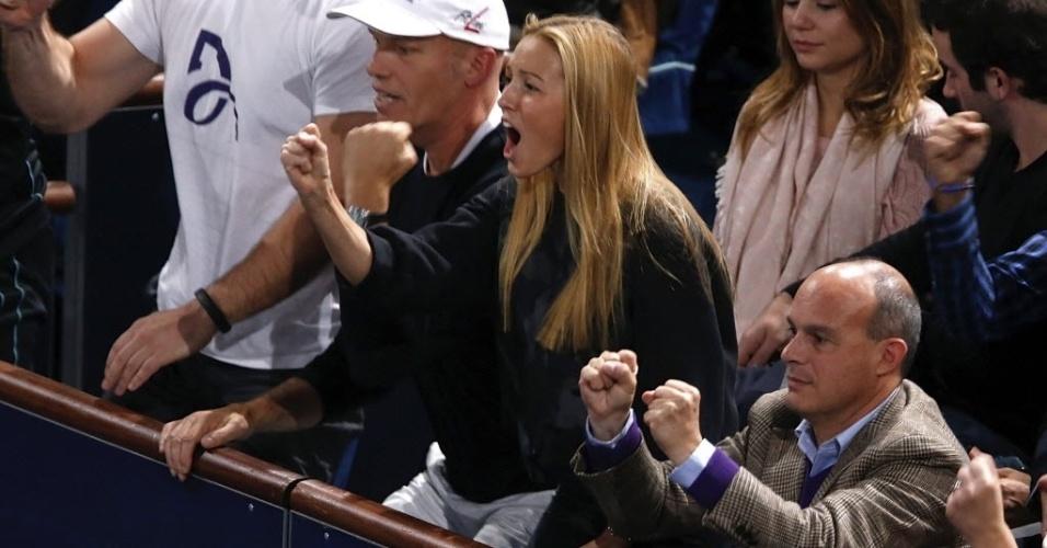 Jelena Ristic vibra com o noivo Djokovic contra Ferrer, na final de Paris; no fim, o sérvio triunfou em dura partida