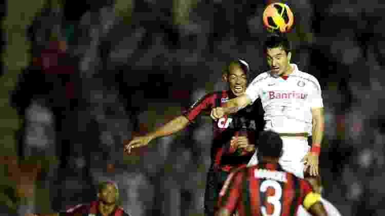 03.nov.2013 - Socco disputa bola no alto com Luiz Alberto durante jogo entre Atlético-PR x Inter - Alexandre Lops/AI Inter - Alexandre Lops/AI Inter