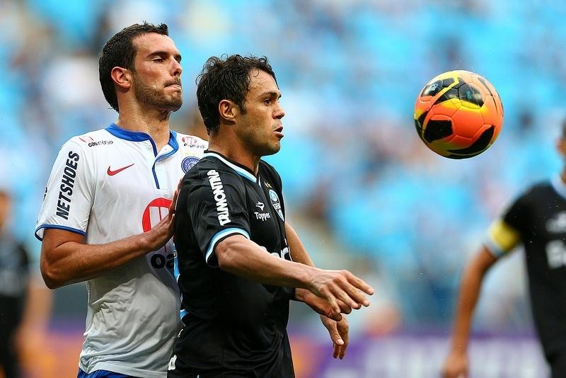 Kleber disputa bola pelo Grêmio em jogo diante do Bahia no Brasileiro