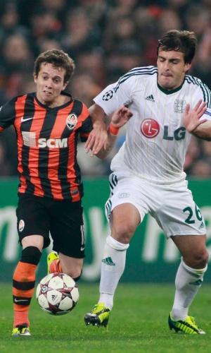 05.nov.2013 - Bernard, do Shakhtar, disputa bola com Donati, do Bayer Leverkusen, pelo grupo A da Liga dos Campeões
