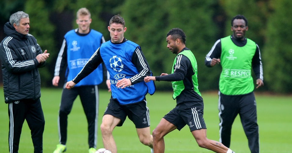 05.nov.2013 - José Mourinho, técnico do Chelsea, observa movimentação dos jogadores durante treino