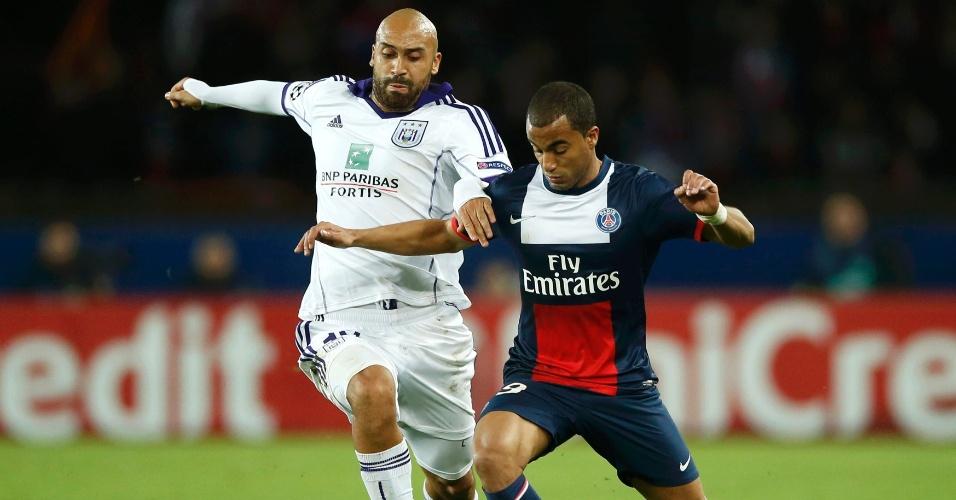 05.nov.2013 - Meia Lucas, do Paris Satin-Germain, recebe marcação de Vandenborre, do Anderlecht, pela Liga dos Campeões