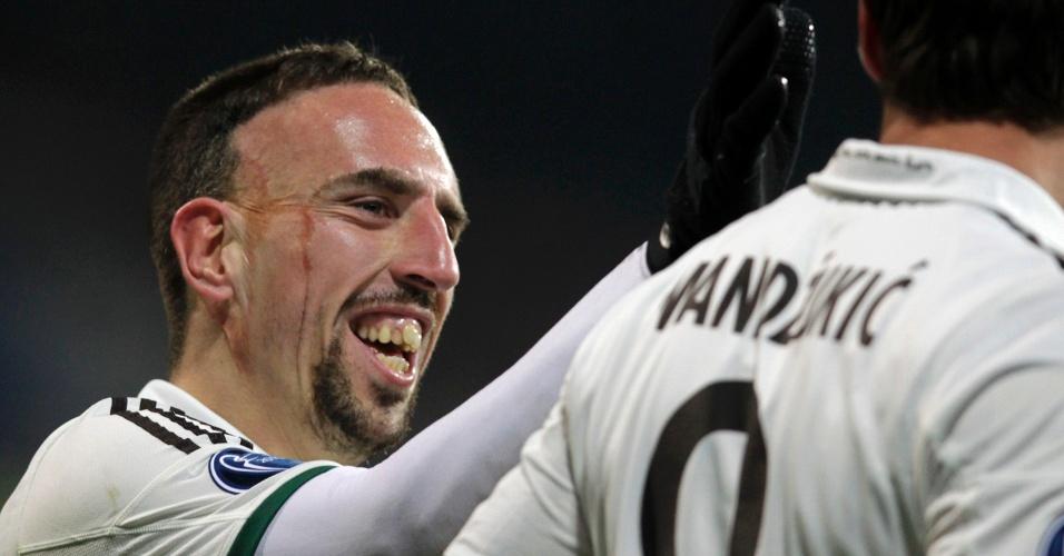05.nov.2013 - Ribéry cumprimenta Mandzukic após gol da vitória do Bayern de Munique sobre o Viktoria Plzen