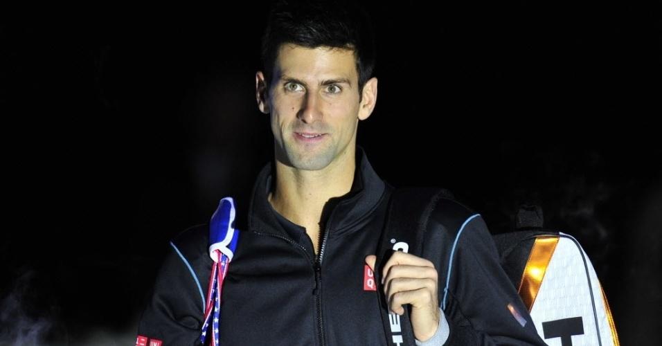05.nov.2013 - Novak Djokovic entra na quadra para a partida contra Roger Federer pelas Finais da ATP