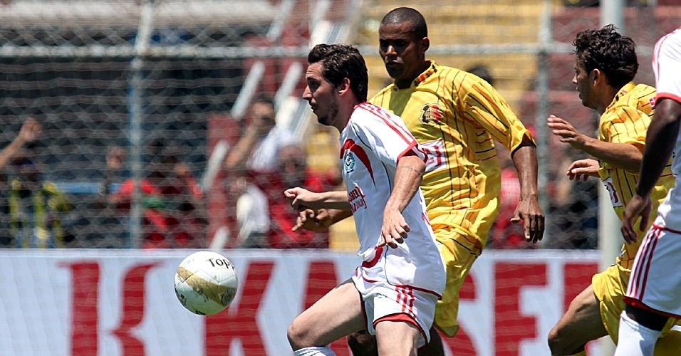 Santa Cruz, do Jardim Sinhá (de amarelo), venceu o Classe A, da Barra Funda, nos pênatis e ficou com o título da Série B da Copa Kaiser