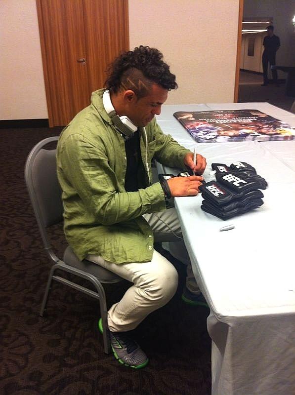 Vitor Belfort chega a Goiânia para o UFC deste sábado com um novo corte de cabelo