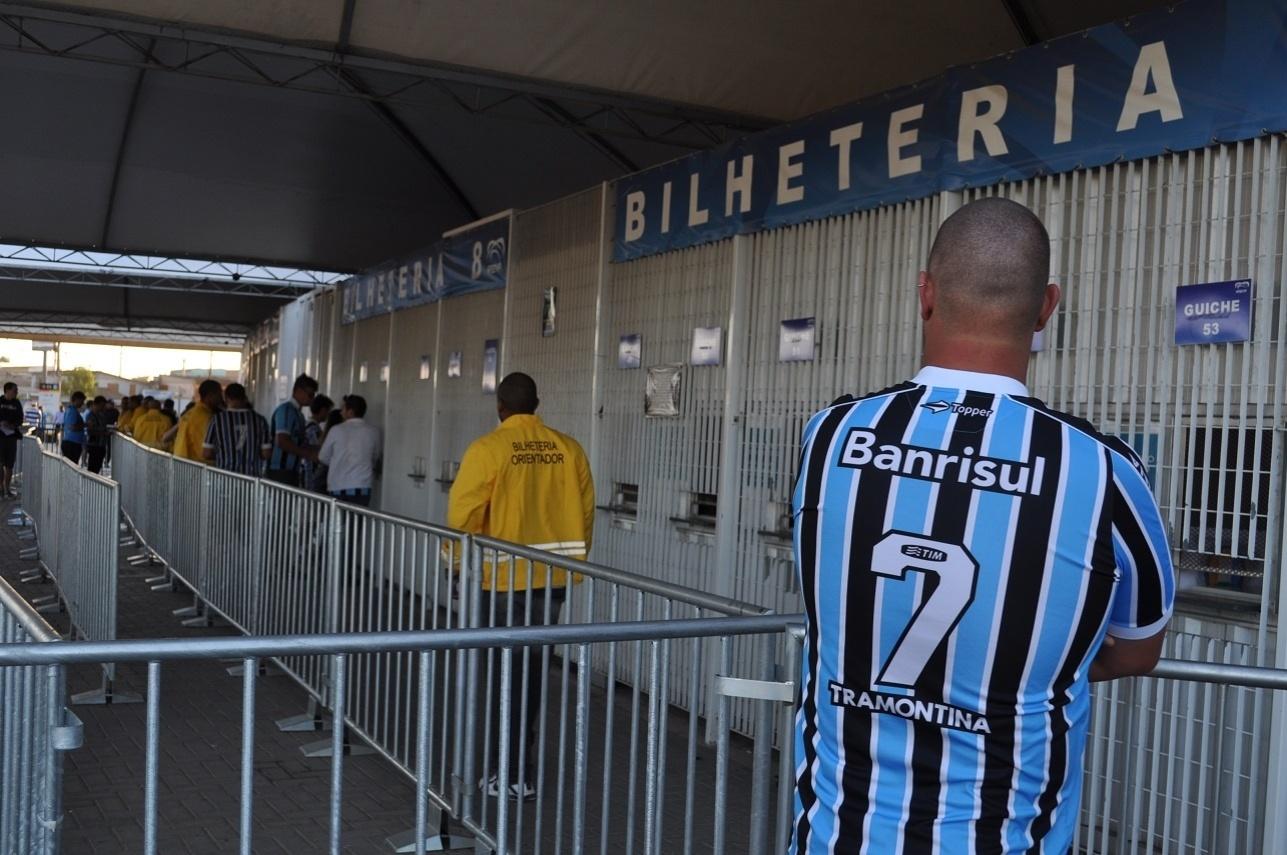 06.11.2013 - Torcedor do Grêmio observa bilheterias quase sem ingressos para semi