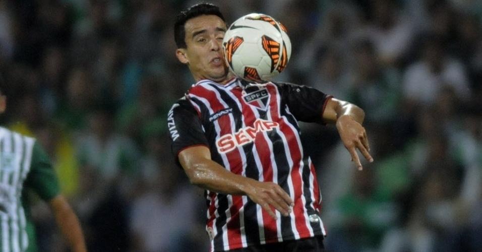 06.nov.2013 - Jadson, meia do São Paulo, domina a bola durante jogo contra o Atlético Nacional