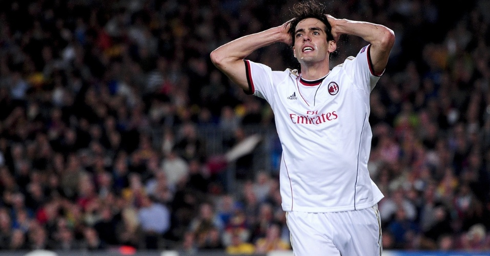 06.nov.2013 - Kaká lamenta chance despediçada durante jogo entre Milan e Barcelona pela Liga dos Campeões