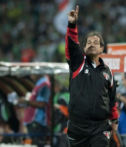 06.nov.2013 - Muricy Ramalho orienta equipe do São Paulo durante jogo contra o Atlético Nacional