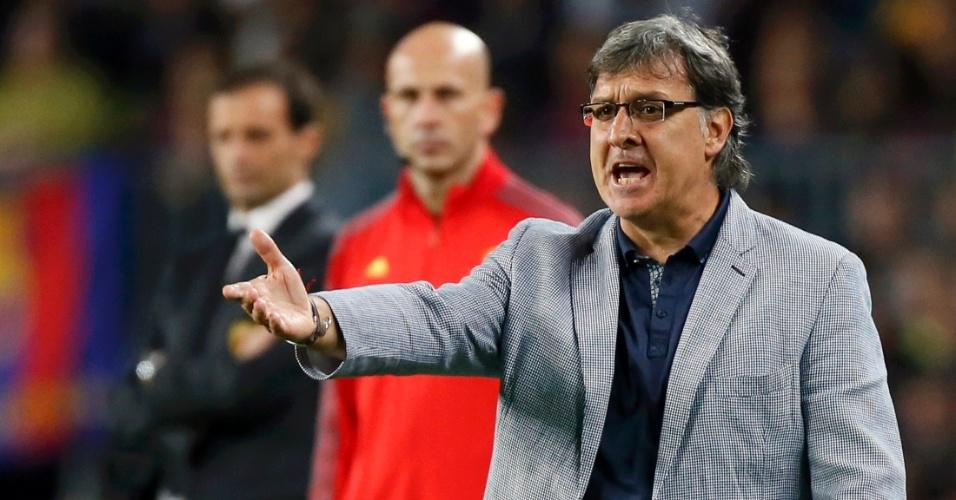 06.nov.2013 - Tata Martino, técnico do Barcelona, orienta o time durante jogo contra o Milan pela Liga dos Campeões