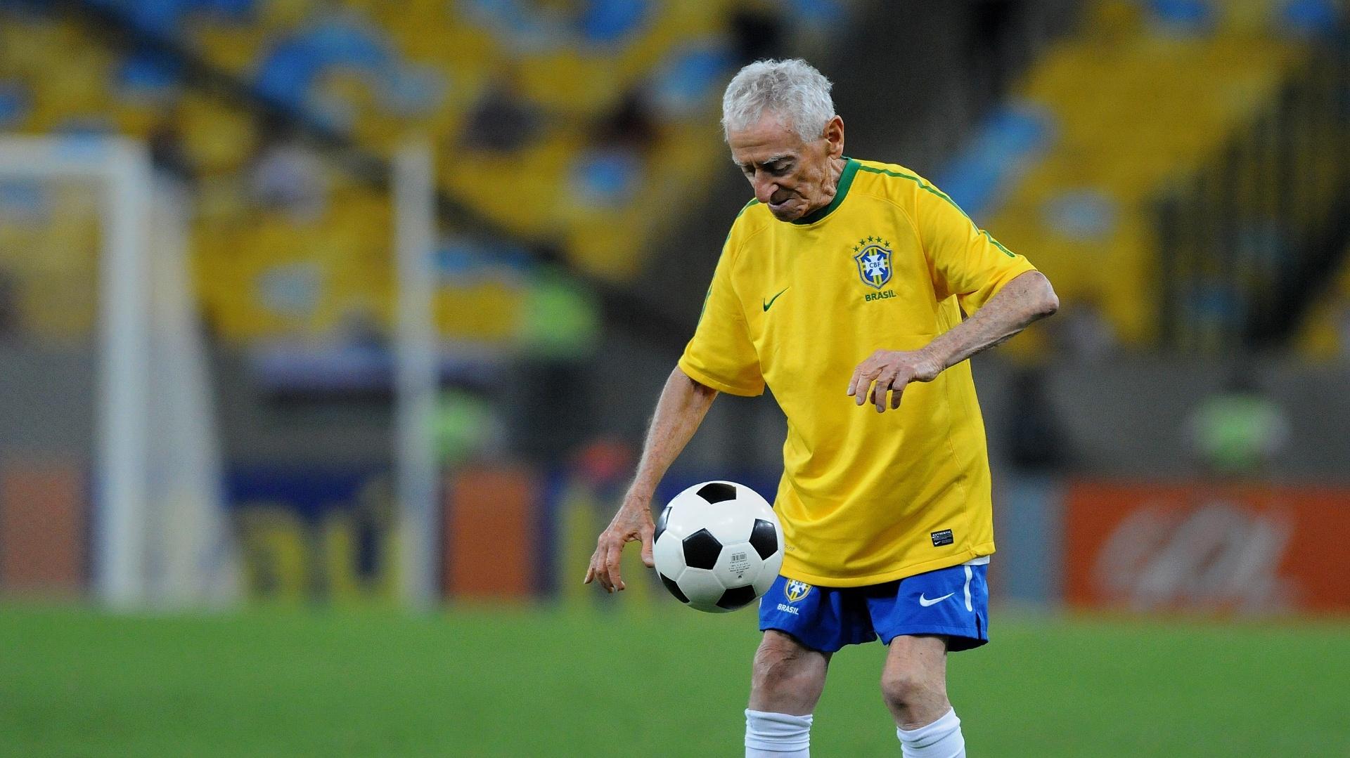 92608ef2f Vovô das embaixadas  recusa chuteira nova em volta ao Maracanã e ...