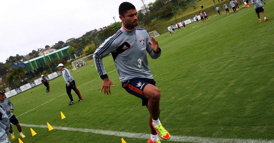 O zagueiro Gum treina com o Fluminense em Atibaia