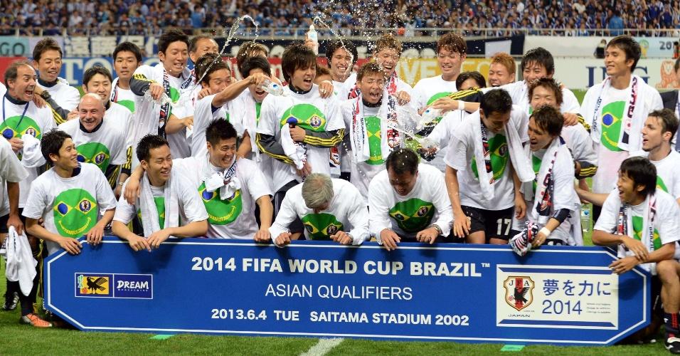 04.jun.2013 - Jogadores do Japão comemoram após a seleção se classificar para a Copa do Mundo-2014 com um empate por 1 a 1 com a Austrália em Saitama