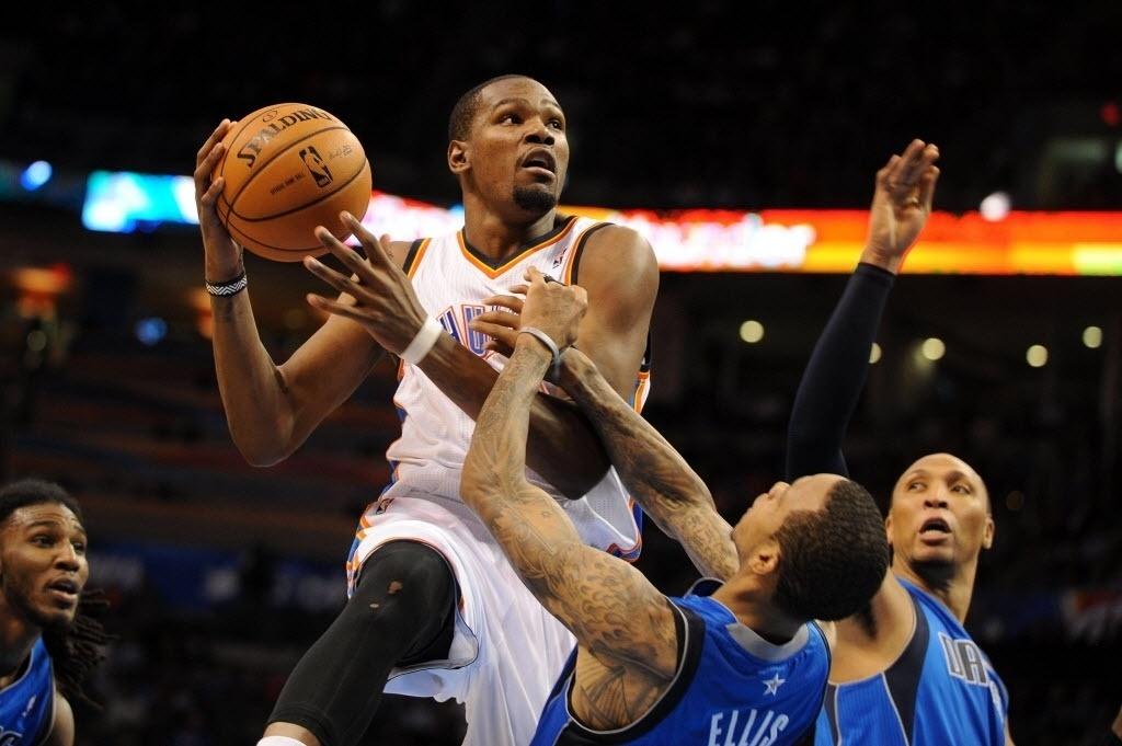 06.nov.2013 - Kevin Durant infiltra por cima de Monta Ellis, na vitória do Oklahoma City Thunder, em casa, sobre o Dallas Mavericks, por 107 a 93