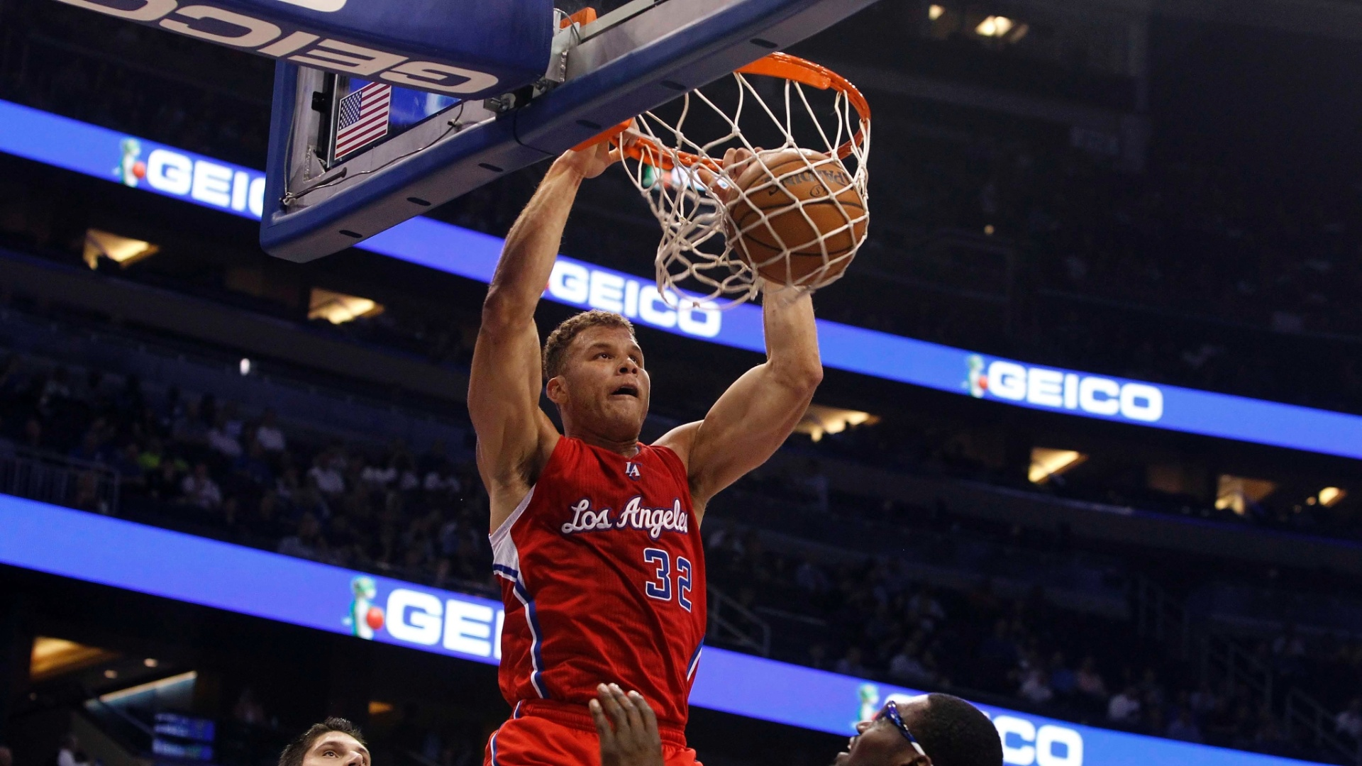 06.nov.2013 - Blake Griffin, dos Clippers, sobe para a enterrada no jogo contra o Orlando Magic