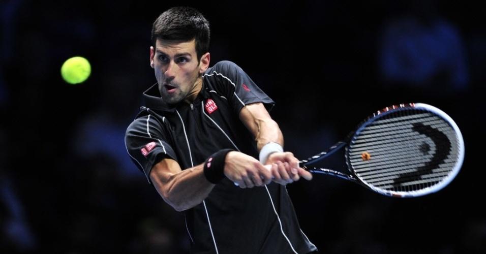 07.nov.2013 - Novak Djokovic rebate a bola durante partida contra Juan Martin Del Potro pelas Finais da ATP