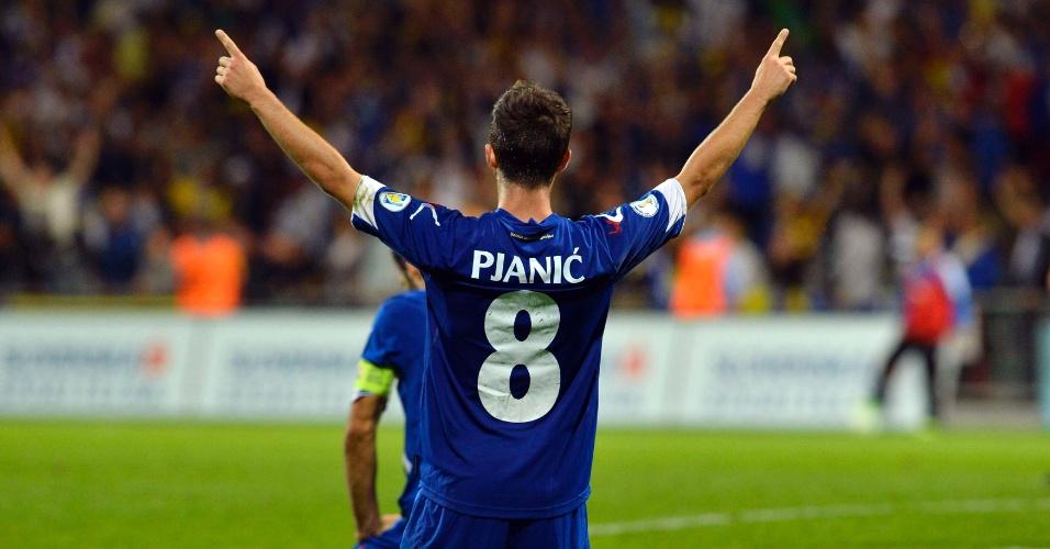10.set.2013 - Miralem Pjanic, da Bósnia, comemora a vitória por 2 a 1 sobre a Eslováquia pelas eliminatórias da Copa do Mundo-2014