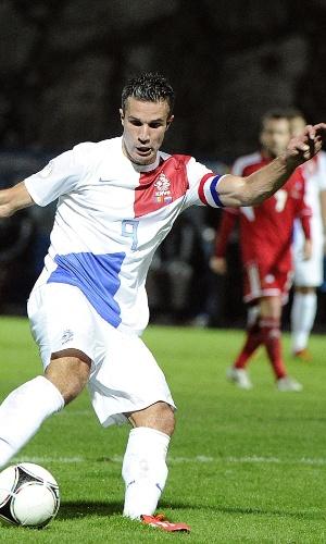 10.set.2013 - Robin van Persie (d), da Holanda, protege a bola e evita a marcação de Marc Garcia, de Andorra, em partida pelas eliminatórias da Copa do Mundo-2014