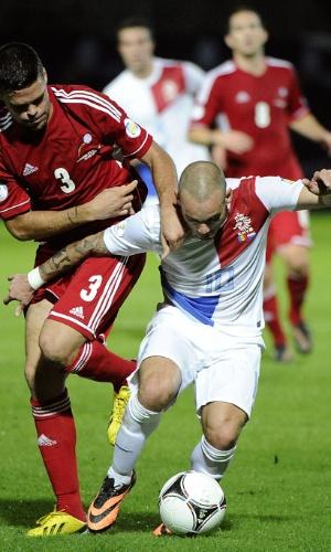 10.set.2013 - Wesley Sneijder (d), da Holanda, tenta se desvencilhar da marcação de Marc Vales, de Andorra, em partida pelas eliminatórias da Copa-2014
