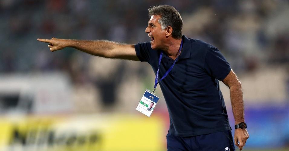 11.jun.2013 - Carlos Queiroz, técnico do Irã, orienta seus jogadores durante a partida contra o Líbano pelas eliminatórias da Copa do Mundo-2014