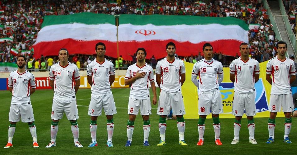 11.jun.2013 - Perfilados, jogadores do Irã ouvem o hino nacional do país antes da partida contra o Líbano pelas eliminatórias da Copa do Mundo-2014