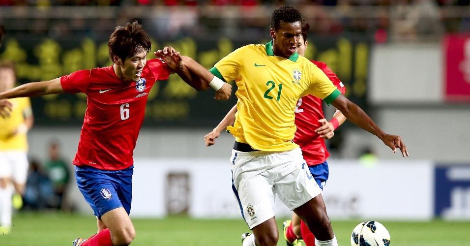 12.out.2013 - Jô disputada jogada com Kim Young-Gwo durante amistoso entre Brasil e Coreia do Sul em Seul