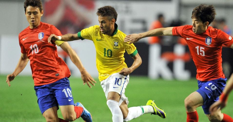 12.out.2013 - Neymar tenta escapar da marcação de Kim Bo-Kyung (d) e Koo Ja-Cheol em amistoso disputado em Seul entre Brasil e Coreia do Sul