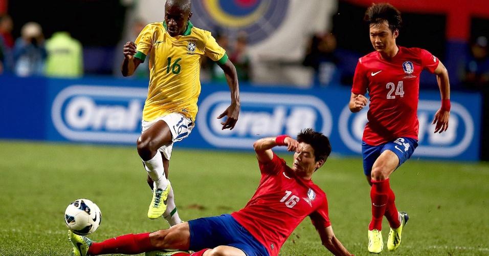12.out.2013 - Ramires tenta escapar de carrinho dado por Ki Sung-Yueng durante amistoso entre Brasil e Coreia do Sul em Seul